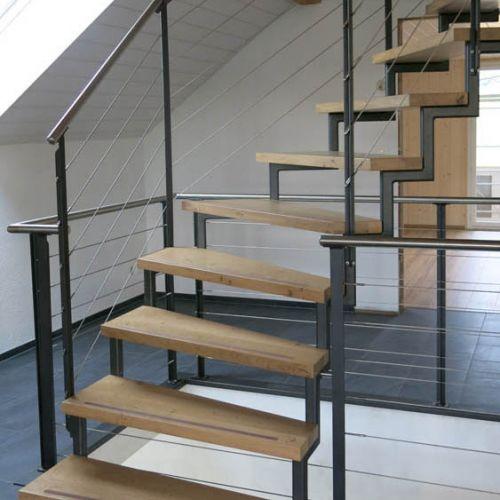 holzbau treppenbau holztreppen aufgeh ngte treppe. Black Bedroom Furniture Sets. Home Design Ideas